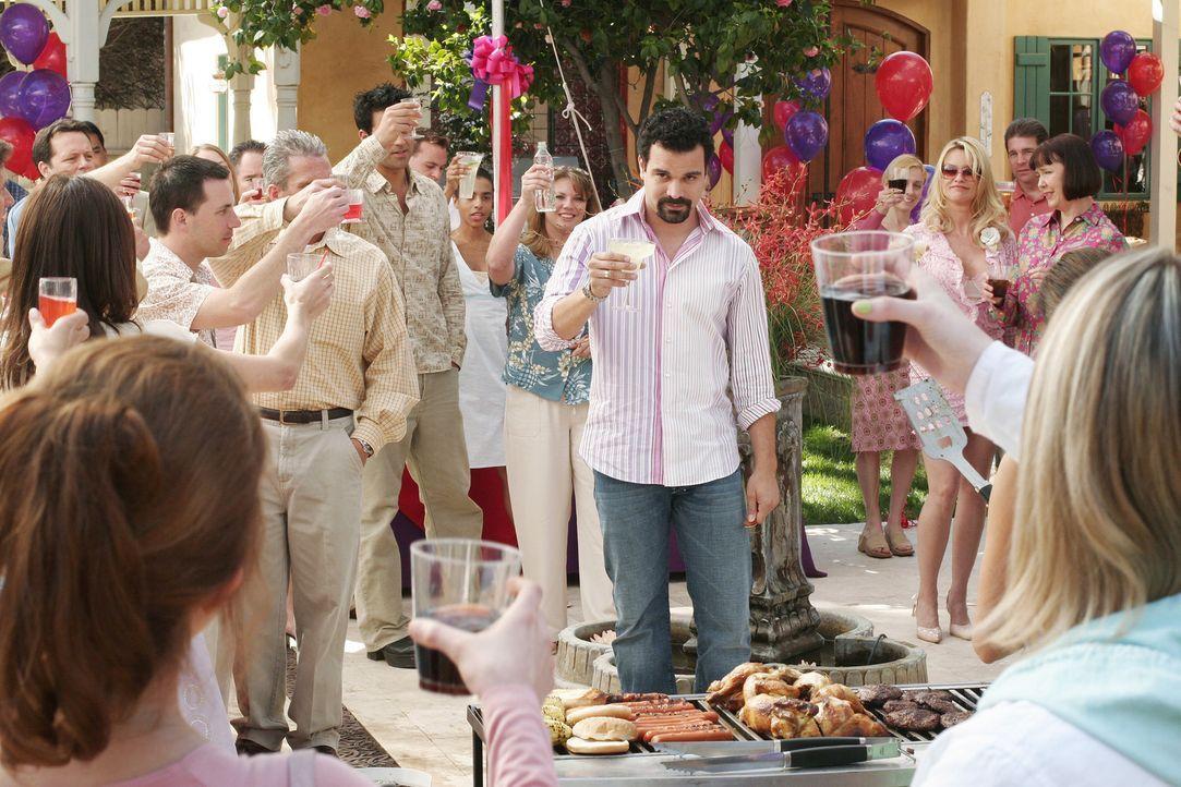 Gabrielle veranstaltet eine riesige Feier, um sich von Carlos (Ricardo Antonio Chavira, M.) zu verabschieden, der in den Knast wandern muss ... - Bildquelle: Touchstone Television