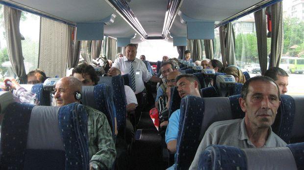 Zwei Mal pro Woche macht sich in Frankfurt ein Linienbus auf die Reise. Endst...