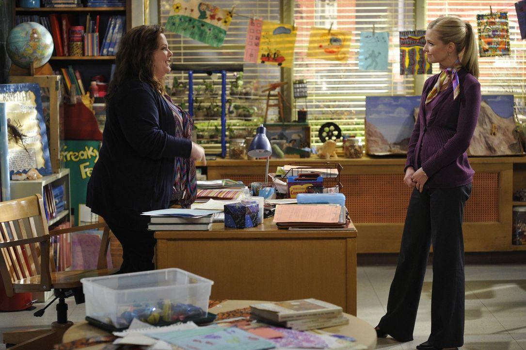 Molly (Melissa McCarthy, l.) hat es nicht leicht: Ihre attraktive Kollegin Rebecca (Laura Coover, r.) konkurriert mit ihr um den Posten des stellver... - Bildquelle: Warner Brothers