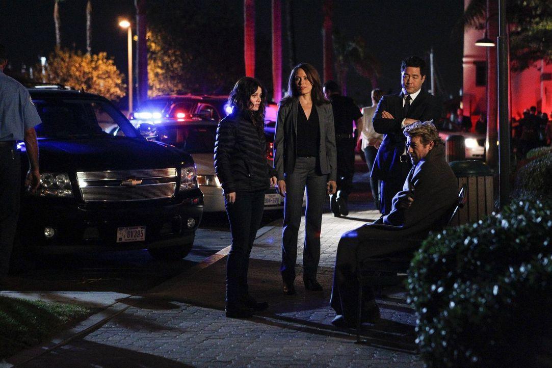 In letzter Sekunde gelingt es Fischer (Emily Swallow, l.), Lisbon (Robin Tunney, 2.v.l.) und Cho (Tim Kang, 2.v.r.) ihren Kollegen Patrick Jane (Sim... - Bildquelle: Warner Bros. Television