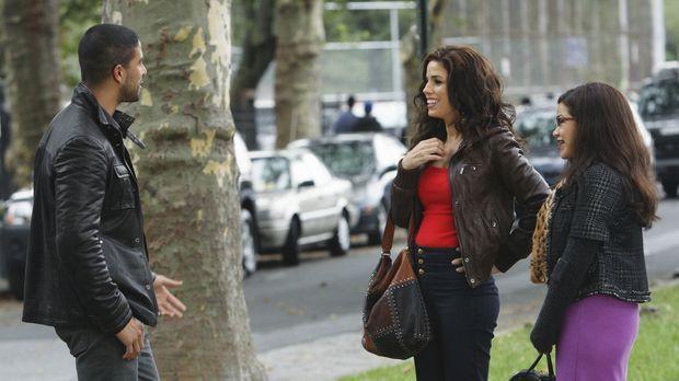 Hilda (Ana Ortiz, M.) und Betty (America Ferrera, r.) treffen zufällig auf ei...