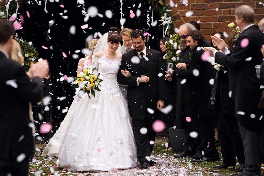 Toni Ricardelli (Rick Kavanian, M.r.) hat es geschafft, er konnte das Herz von Julia (Nora Tschirner, M.l.) für sich gewinnen ... - Bildquelle: Warner Brothers