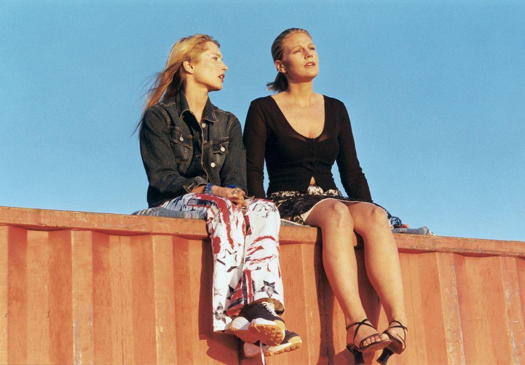 Stella (Sophie Schütt, r.) und Inga (Florentine Lahme, l.) träumen von einem neuen Leben ... - Bildquelle: Wolfgang Meier Sat.1