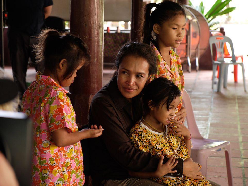 Nachdem sie als junges Mädchen selbst Jahrelang in einem Bordell in Phnom Penh zur Prostitution gezwungen wurde, setzt sich Somaly Mam (2.v.l.) fü... - Bildquelle: Fremantle