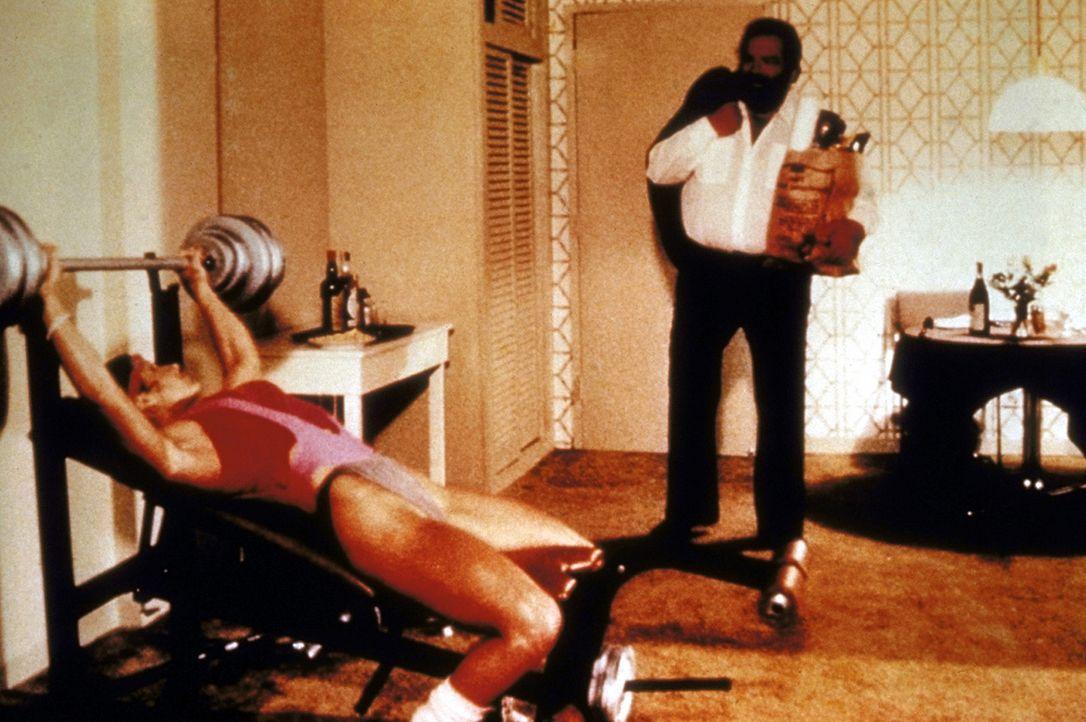 Steve (Bud Spencer, r.) und seine Kollegin, die FBI-Agentin Irene (Jackie Castellano, l.), halten sich auf unterschiedliche Weise fit: Steve isst w