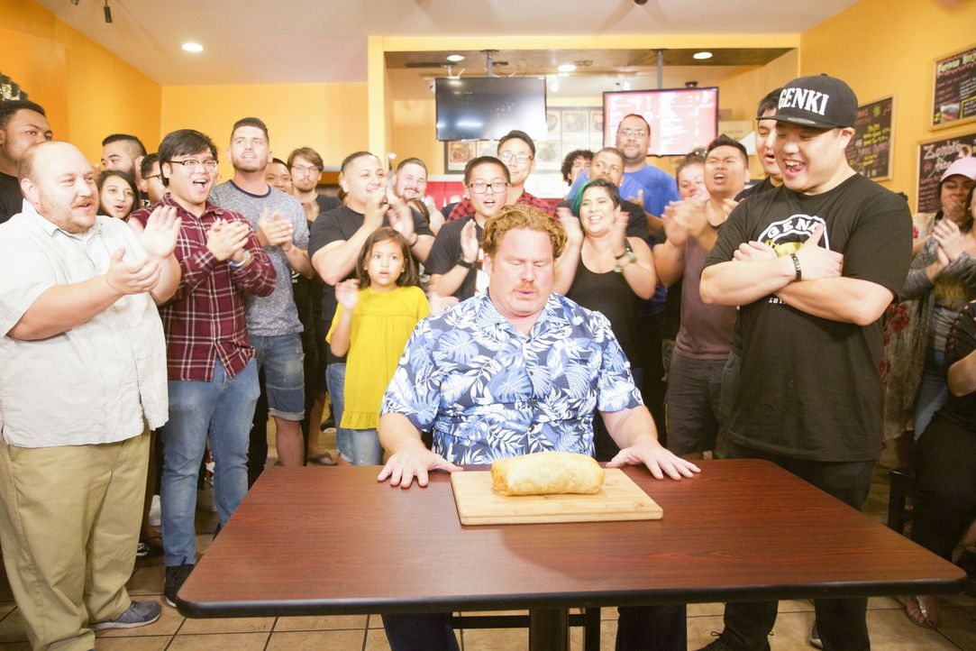"In Los Angeles erwartet Casey Webb (M.) eine ganz besonders feurige Herausforderung: die ""Zombie Burrito Challenge"" ... - Bildquelle: 2017, The Travel Channel, LLC. All Rights Reserved."