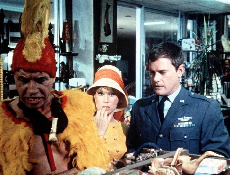 Tony (Larry Hagman, r.) und Jeannie (Barbara Eden, M.) müssen sich in Hawaii um den lange toten König Kamehameha (Michael Ansara, l.) kümmern, der d... - Bildquelle: Columbia Pictures