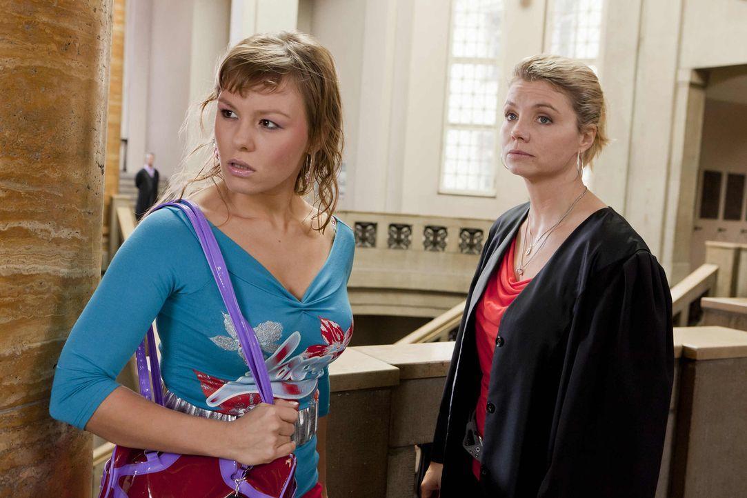 Mit großem Einsatz versucht Danni (Annette Frier, r.) ihrer neuen Mandantin Melli (Wanda Worch, l.) zu helfen. Doch werden sie vor Gericht Erfolg ha... - Bildquelle: Frank Dicks SAT.1