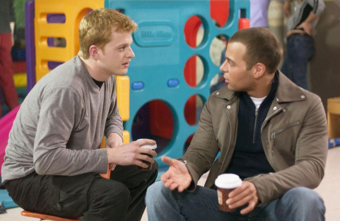 Wir heiraten! Mit dieser Nachricht schockt Michael (Joseph Lawrence, r.) insbesondere seinen Freund Brian (Adam MacDonald, l.), der nun alles daran... - Bildquelle: ABC Family