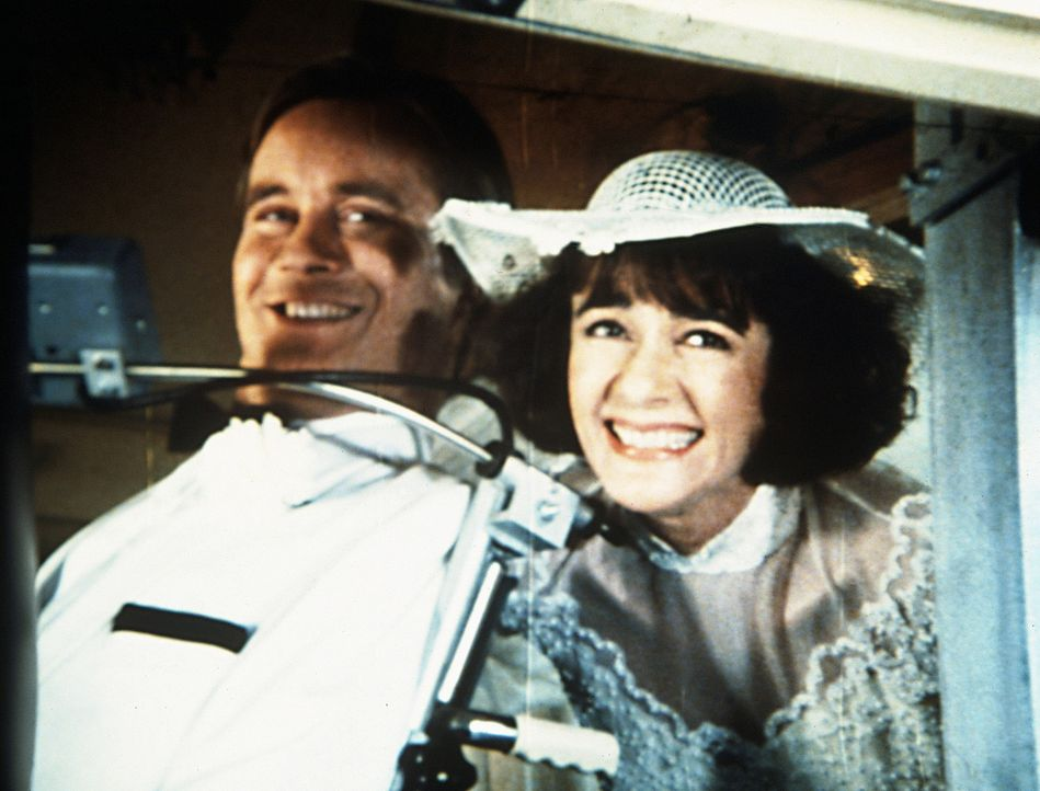 Der größte Wunsch des querschnittsgelähmten Scottie (James Troesh, l.) ist in Erfüllung gegangen. Er und Diane (Margie Impert, r.) haben geheira... - Bildquelle: Worldvision Enterprises, Inc.