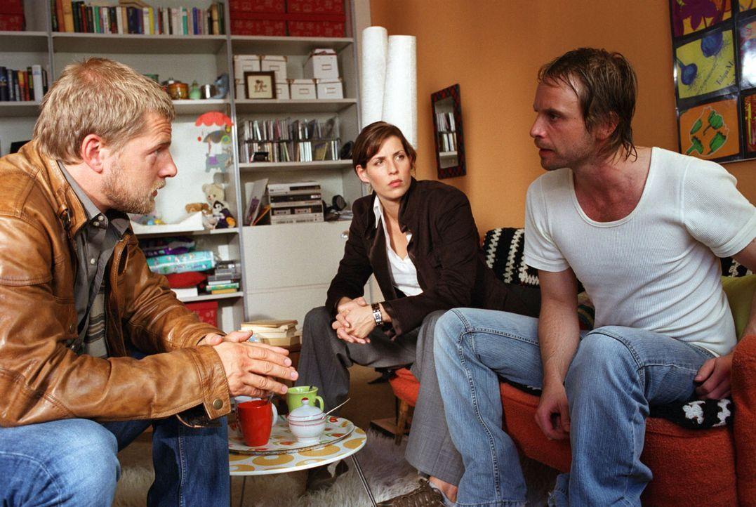 Die Ermittlungen führen Nina (Elena Uhlig, M.) und Leo (Henning Baum, l.) zu Kai Lohberg (Julian Weigend, r.), einem vorbestraften Einbrecher und alten Schulfreund von Leo.