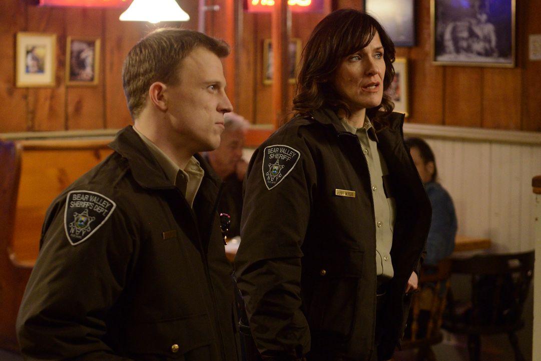 Lange können Sheriff Karen Morgan (Fiona Highet, r.) und Deputy Paul O'Neil (Rogan Christopher, l.) den Rest des Reviers nicht mehr hinhalten ... - Bildquelle: 2014 She-Wolf Season 1 Productions Inc.