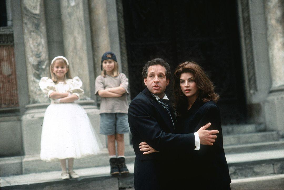 Alyssa (Ashley Olsen, l.) und Amanda (Mary-Kate Olsen, 2.v.l.) arbeiten unermüdlich daran, Diane (Kirstie Alley, r.) und Roger (Steve Guttenberg, 2... - Bildquelle: Warner Bros.