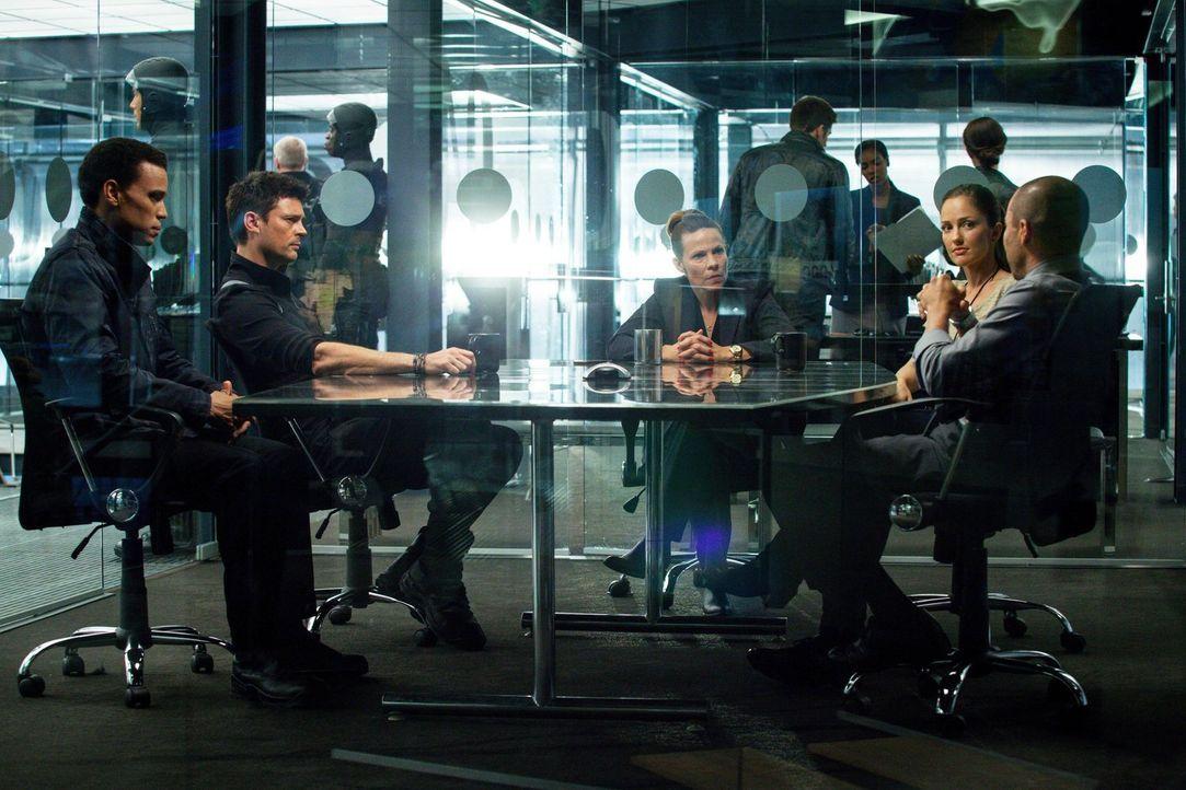 Krisengespräch: Dorian (Michael Ealy, l.), Kennex (Karl Urban, 2.v.l.), Captain Maldonado (Lili Taylor, M.), Valerie (Minka Kelly, 2.v.r.) und Detec... - Bildquelle: Warner Bros. Television