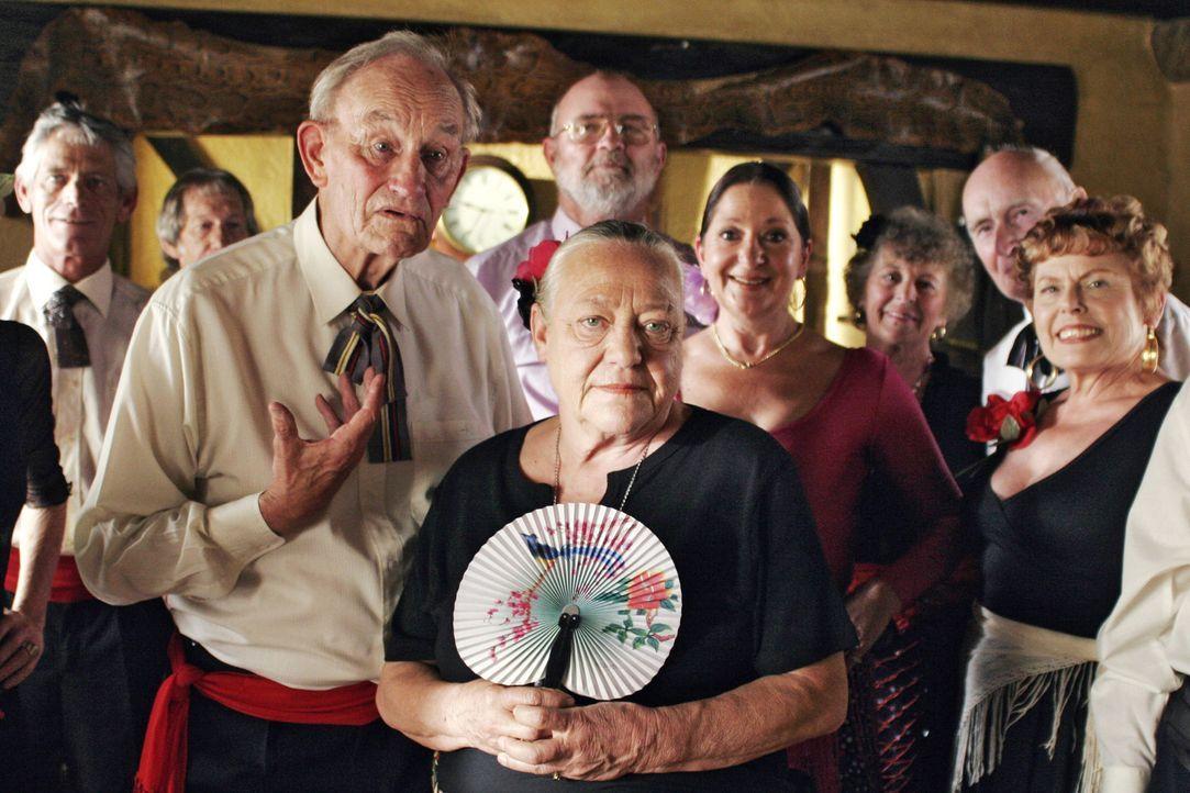 Albert (Ronald France, l.), Theresa (Barbara Morawiecz, r.) und ihre Freunde veranstalten einen geräuschvollen Flamenco-Abend - und wundern sich, da... - Bildquelle: Boris Guderjahn Sat.1