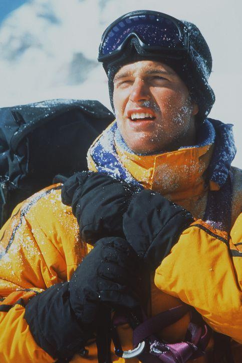 Mit dem hochexplosiven Nitroglyzerin auf dem Rücken kämpft sich Peter (Chris O'Donnell) auf den unberechenbaren und tiefverschneiten K2. Ein Wettl... - Bildquelle: Columbia Pictures