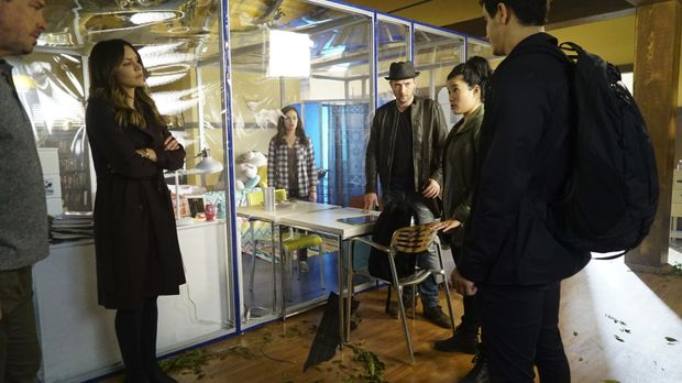 Wird es Adas Vater David (Brian McNamara, l.), Paige (Katharine McPhee, 2.v.l...
