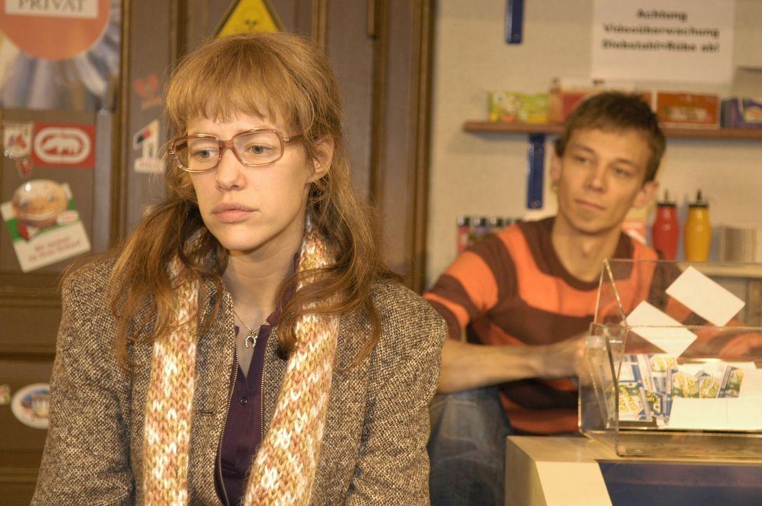 Lisa (Alexandra Neldel, l.) hat in Davids Auftrag beim Juwelier ein Päckchen abgeholt und erzählt ihrem Freund Jürgen (Oliver Bokern, r.) davon. Der... - Bildquelle: Noreen Flynn Sat.1