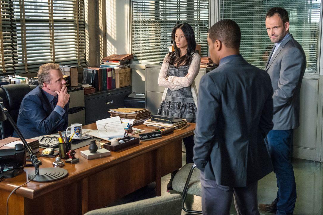 Ein neuer Fall beschäftigt Gregson (Aidan Quinn, l.), Watson (Lucy Liu, 2.v.l.), Holmes (Jonny Lee Miller, r.) und Bell (Jon Michael Hill, 2.v.r.) .... - Bildquelle: CBS Television