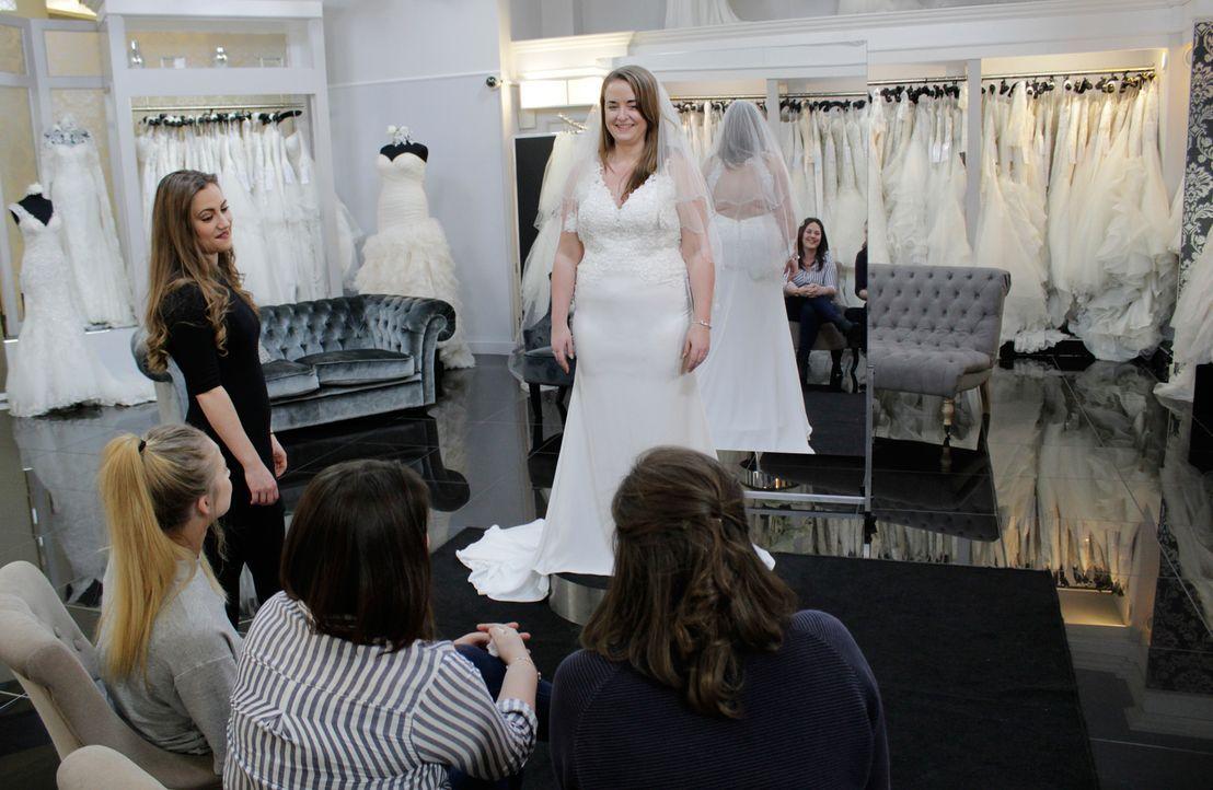 Jodie legt beim Kauf ihres Brautkleides großen Wert auf die Meinung ihrer En... - Bildquelle: Discovery Communications