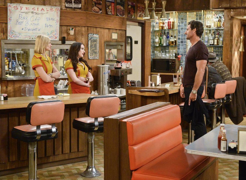 Während Caroline (Beth Behrs, l.) und Max (Kat Dennings, M.) ihren Plan von einer Dessert-Bar durch die Suche nach einem passenden Raum umsetzen, si... - Bildquelle: 2016 Warner Brothers