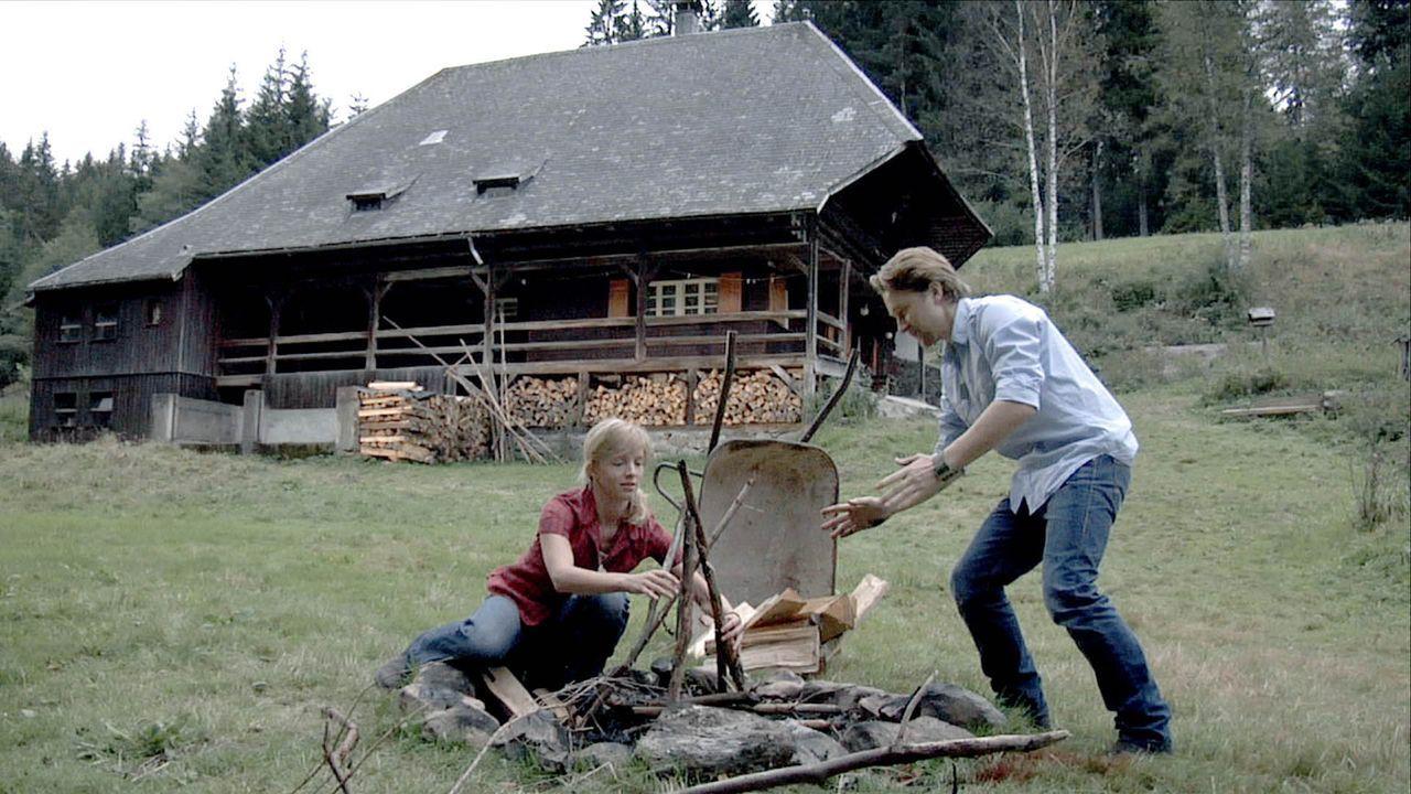 """Noch träumen die Freunde Eva (Johanna Klante, l.) und Mike (Adrian Topol, r.) von erholsamen Urlaubstagen """"wie in der Steinzeit"""". Doch dann entwick..."""