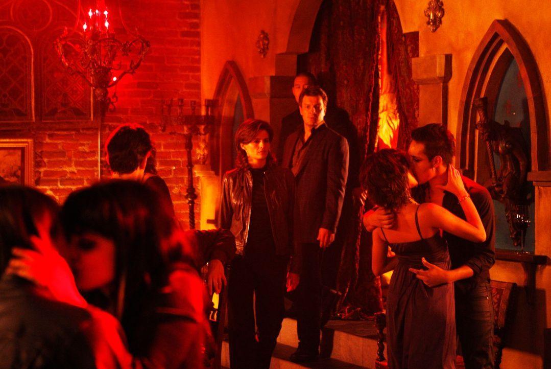 Tauchen bei ihren Ermittlungen in die Vampir-Szene ein: Richard Castle (Nathan Fillion, 3.v.r.) und Kate Beckett (Stana Katic, M.) - Bildquelle: ABC Studios