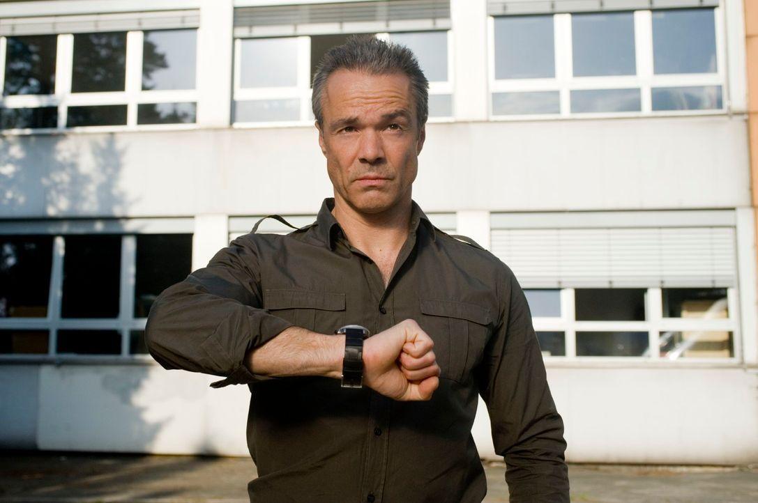 Harald Westphal (Hannes Jaenicke), Offizier außer Dienst, kämpft nicht nur mit den Tücken des familiären Alltags, sondern auch mit dem Schulsystem v... - Bildquelle: Gordon Mühle Sat.1