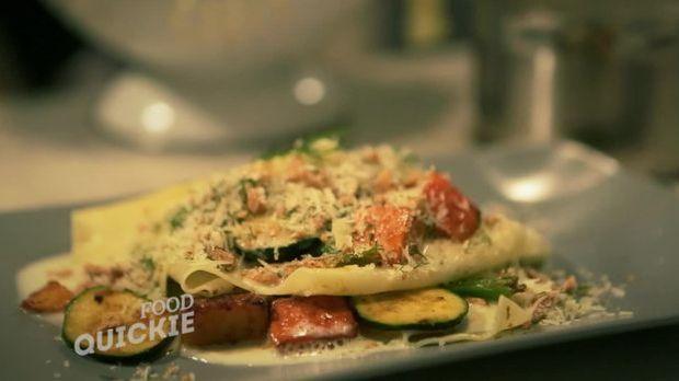 Diese Gemüselasagne wird direkt auf dem Teller geschichtet.