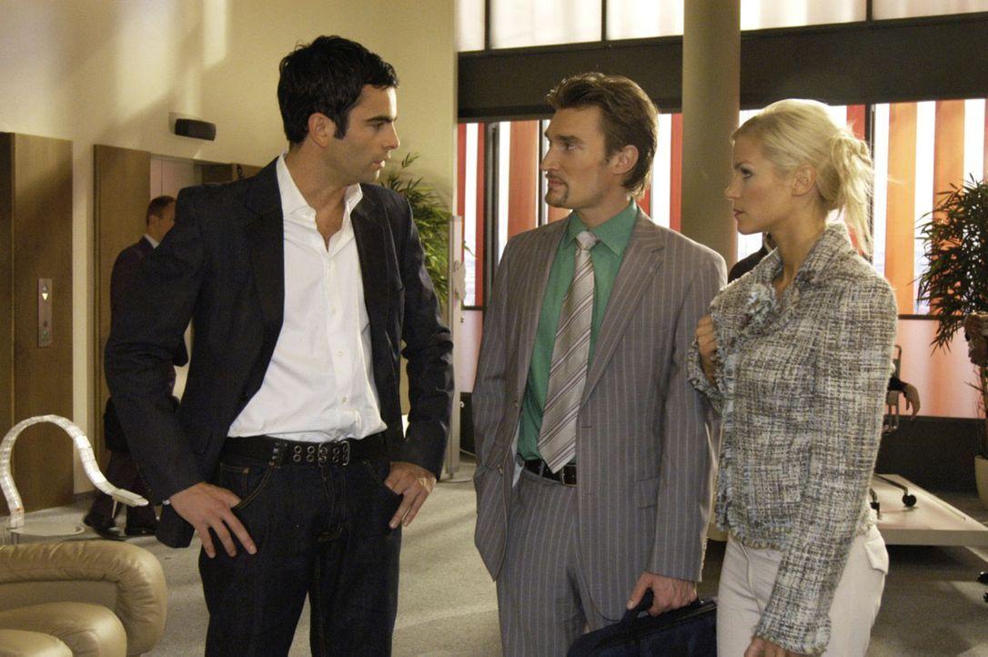 Als David (Mathis Künzler, l.) den Verdacht erwähnt, dass Lisa womöglich vergiftet wurde, fühlen sich Richard (Karim Köster, M.) und Sabrina (Nina-F... - Bildquelle: Noreen Flynn Sat.1