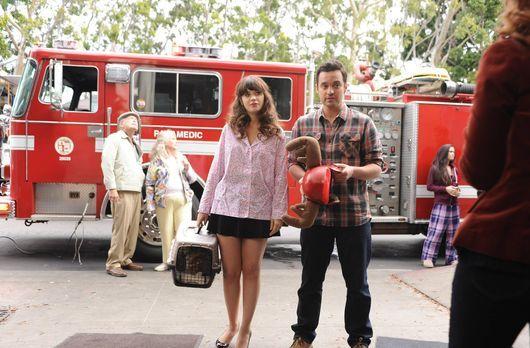 New Girl - Während Jess (Zoey Deschanel, l.) und Nick (Jake M. Johnsons, r.)...