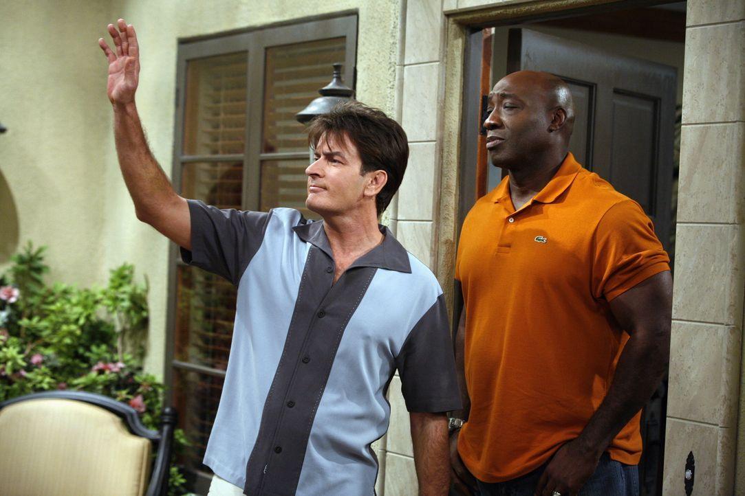 Noch ahnt Charlie (Charlie Sheen, l.) nicht, was er mit Jerome (Michael Clarke Duncan, r.) noch alles erleben wird ... - Bildquelle: Warner Brothers Entertainment Inc.