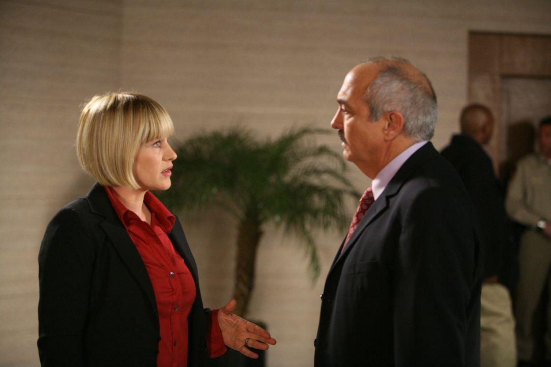 Allison (Patricia Arquette, l.) erzählt Devalos (Miguel Sandoval, r.) von ihrem mysteriösen Traum ... - Bildquelle: Paramount Network Television
