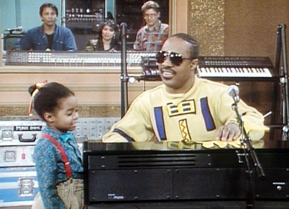 Rudy (Keshia Knight Pulliam, l.) schenkt Stevie Wonder (Stevie Wonder, r.) eine selbstgemachte Giraffe und erklärt ihm, welche Laute diese Tiere ma... - Bildquelle: Viacom