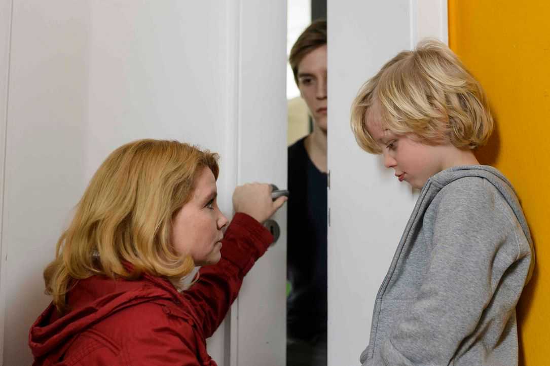 Nichts mehr wie vorher: Kaum aus dem Gefängnis entlassen, müssen Claudia (Annette Frier, l.) und ihre Söhne Daniel (Jonas Nay, M.) und Theo (Jonatha... - Bildquelle: Willi Weber SAT.1