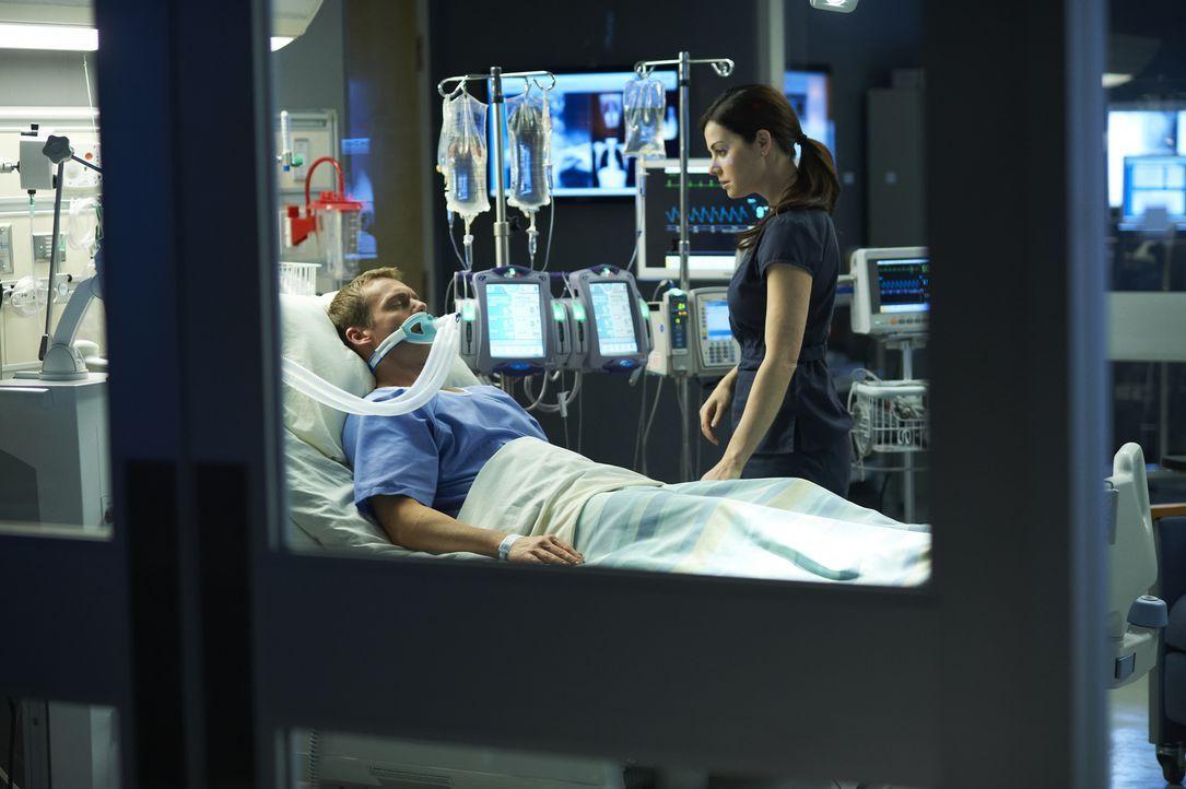 Die Hoffnung, dass Charlie (Michael Shanks, l.) irgendwann wieder aus dem Koma erwacht, will Alex (Erica Durance, r.) nicht aufgeben ... - Bildquelle: 2012  Hope Zee One Inc.