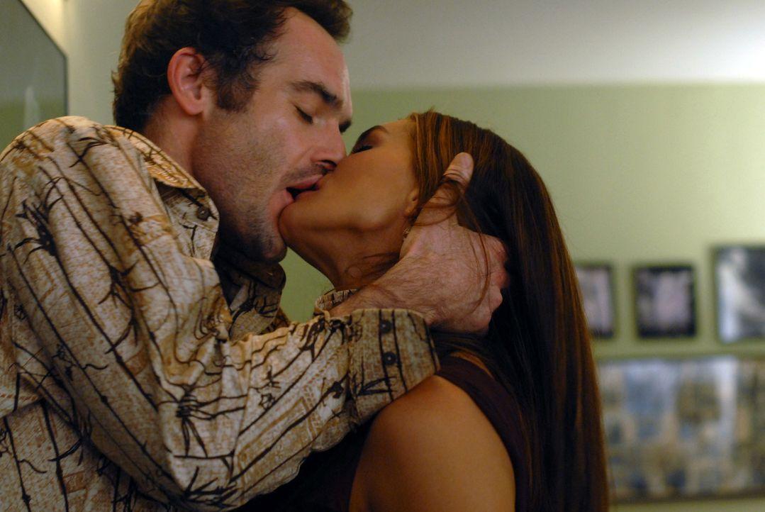 Entflammte Leidenschaft: Shane (Paul Blackthorne, l.) und Wendy (Brooke Shields, r.) können die Finger nicht voneinander lassen ... - Bildquelle: 2004 NBC, Inc.
