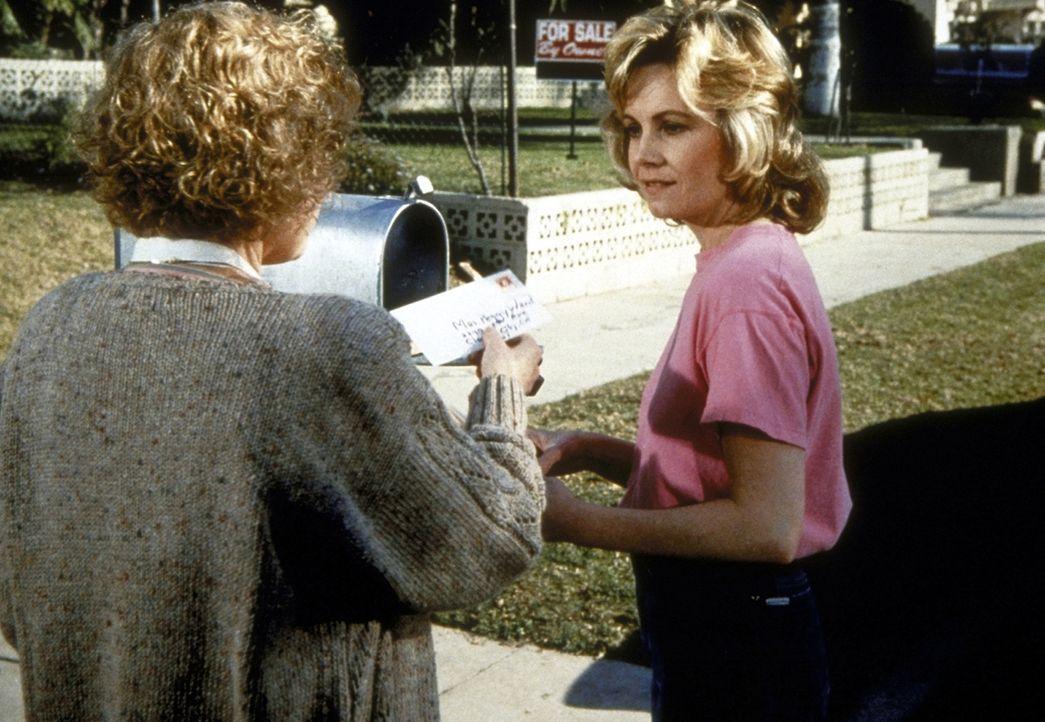 Langsam aber sicher kommt es zu Annäherungen zwischen Peggy (Dianne Hull, r.) und ihrer skeptischen Nachbarschaft. - Bildquelle: Worldvision Enterprises, Inc.