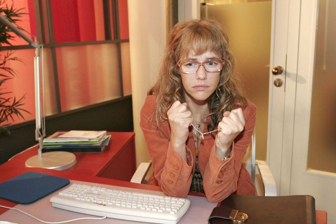 Lisa (Alexandra Neldel) sitzt melancholisch an ihrem ehemaligen Arbeitsplatz. (Dieses Foto von Alexandra Neldel darf nur in Zusammenhang mit der Ber... - Bildquelle: Noreen Flynn Sat.1