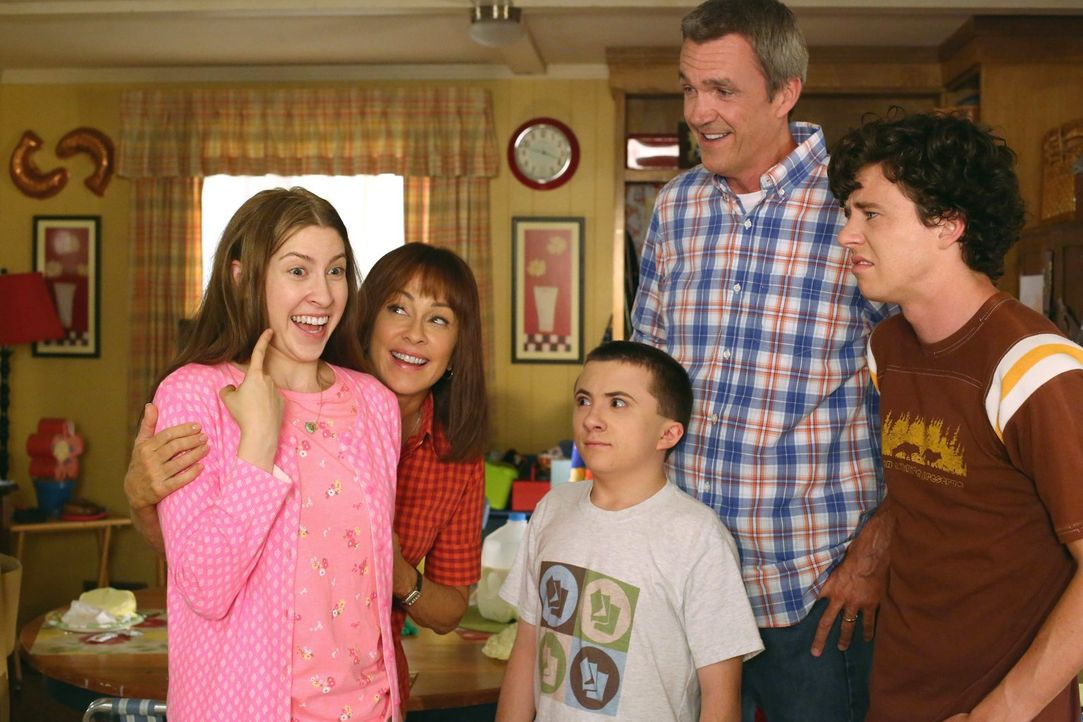 (v.l.n.r.) Sue (Eden Sher); Frankie (Patricia Heaton); Brick (Atticus Shaffer); Mike (Neil Flynn); Axl (Charlie McDermott) - Bildquelle: Warner Brothers