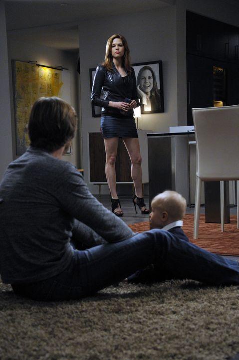 Remi bringt ein Date mit nach Hause, worüber Valentina nicht erfreut ist, während Spence (Grant Show, l.) Peri (Mariana Klaveno, M.) anbietet, eine... - Bildquelle: ABC Studios