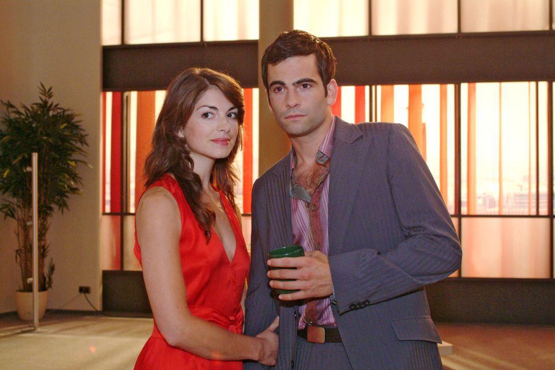 Mariella (Bianca Hein, l.) befragt David (Mathis Künzler, r.) nach Lisa und ihrem merkwürdigem Verhalten - und kommt so Sabrina auf die Schliche ... - Bildquelle: Monika Schürle Sat.1