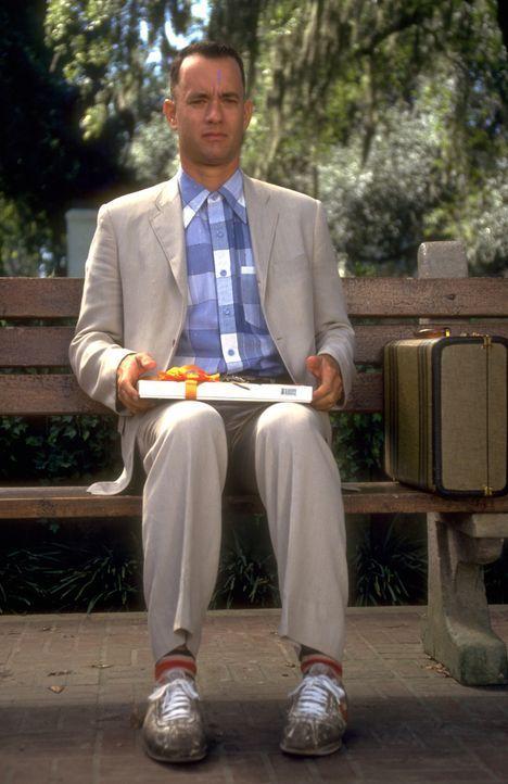 Auf einer Bank, an einer Bushaltestelle, irgendwo im Süden der USA: Hier sitzt Forrest Gump (Tom Hanks). Jedem, der sich zu ihm setzt, erzählt er... - Bildquelle: Paramount Pictures