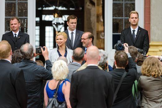 Die Staatsaffäre - Noch sind die Bundeskanzlerin (Veronica Ferres, vorne l.),...
