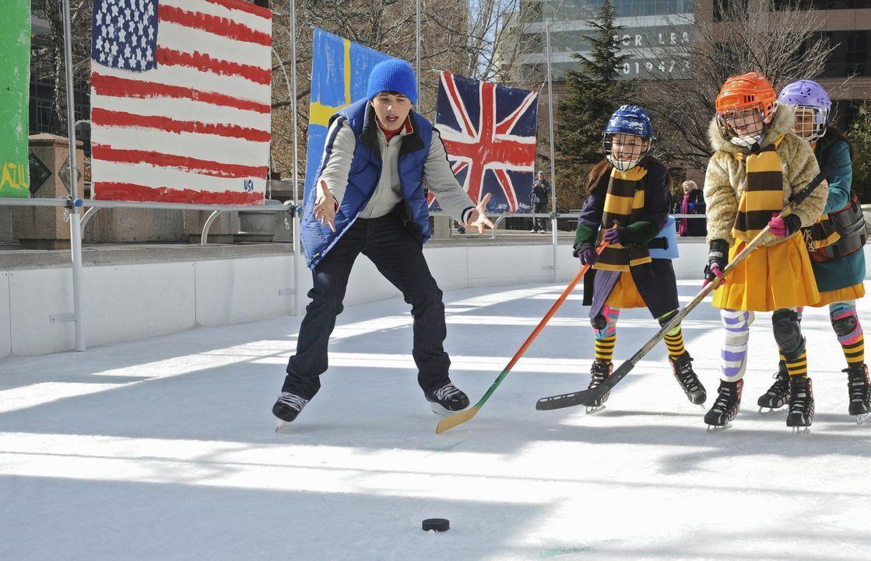 Kaum die Pfadfindergruppe seiner kleinen Schwester übernommen, da schickt Eishockeyspieler Alex (Hutch Dano, l.) die kleinen Mädchen auf's Eis ... - Bildquelle: Disney