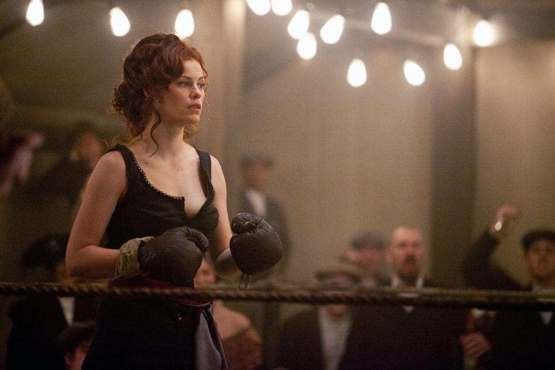 Während Rebekah auf der Suche nach etwas in Mystic Falls ist, erinnert sich Damon an das Jahr 1912, in dem er auf die schöne Vampirin Sage (Cassidy... - Bildquelle: Warner Brothers