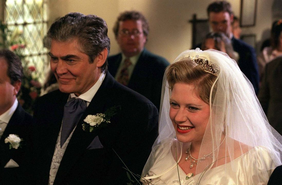 Bruces (Nick Brimble, l.) und Carmens (Elizabeth Woodcock, r.) Hochzeit offenbart, was alle wissen - nur Dr. Ellingham nicht ... - Bildquelle: BUFFALO PICTURES/ITV
