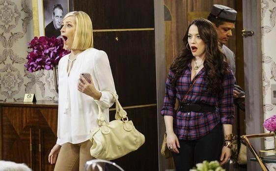 2 Broke Girls - Max (Kat Dennings, r.) begleitet Caroline (Beth Behrs, l.) na...