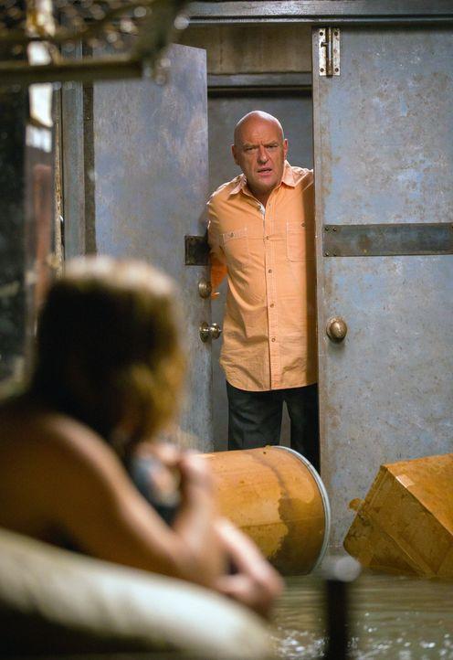 Befreit Big Jim (Dean Norris, r.) Angie (Britt Robertson, l.) oder geht der saubere Ruf seiner Familie ihm über die Freiheit, vielleicht gar das Le... - Bildquelle: 2013 CBS Broadcasting Inc. All Rights Reserved