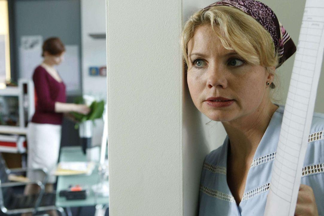 Das war knapp! Bei ihrer Schnüffelaktion in Schachts Büro wird Peggy (Annette Frier) beinahe erwischt ... - Bildquelle: Sat.1